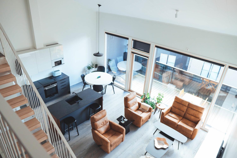Keittiö ja olohuone ylhäältäpäin